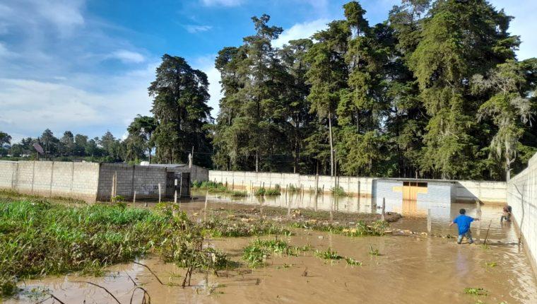 La lluvia de las últimas horas ha causado estragos, como estas inundaciones en el casco urbano de Chimaltenango. (Foto: Conred)