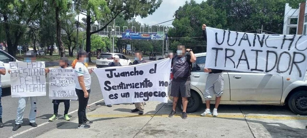 """""""El crema se respeta"""": aficionados de Comunicaciones manifiestan contra Juan García y piden la renuncia de Mauricio Tapia"""