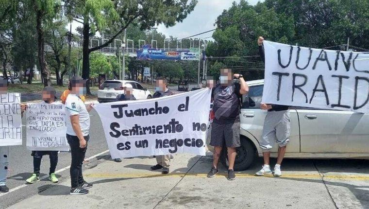 Aficionados cremas mostraron su molestia con el presidente del club, Juan García. (Foto Prensa Libre: Twitter @VltraSvrOficial)