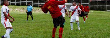 El Deportivo Xejuyup conserva su cultura durante los encuentros futbolísticos. (Foto Prensa Libre: EFE)