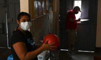 La nicaragüense Daneris Zepeda espera en la Casa del Migrante para continuar su viaje a EE. UU., desde donde fue deportada en marzo pasado. (Foto Prensa Libre: AFP)