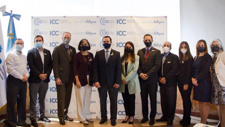 Directivos de Cámara de Industria de Guatemala y representantes de GuateÍntegra junto a varios de los aliados estratégicos del programa. (Foto Prensa Libre: Cortesía)