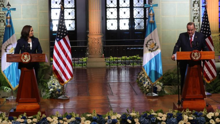 Kamala Harris, vicepresidenta de Estados Unidos, ofreció una conferencia de prensa con el presidente Alejandro Giammattei para anunciar los acuerdos para frenar la migración. (Foto Prensa Libre: Erick Ávila)