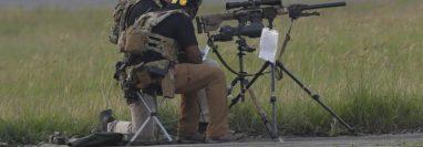 En la pista del aeropuerto internacional La Aurora hay francotiradores en espera de la llegada de la vicepresidenta Kamala Harris para garantizar su seguridad. (Foto Prensa Libre: Esbin García)