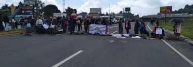 Vecinos bloquean km 61 de la ruta Interamericana en el ingreso al Libramiento de Chimaltenango. (Foto Prensa Libre: Víctor Chamalé)