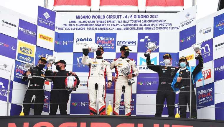 El piloto guatemalteco Mateo Llarena celebra en el podio el tercer lugar de la fecha del Campeonato Italiano GT Sprint 2021. (Foto Cortesía).