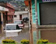 El agua subió tanto su nivel que afectó la circulación de los vehículos. Foto Prensa Libre: María José Longo.