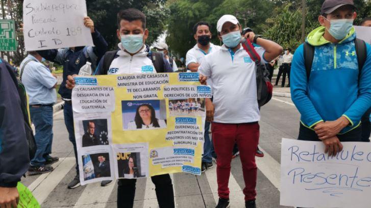 Maestros de Educación Física manifiestan para exigir 221 contratos al Mineduc