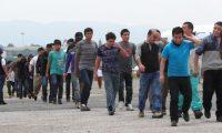 Migrantes deportados ingresan a las instalaciones de la Fuerza Aérea de Guatemala. (Foto Prensa Libre: Hemeroteca PL)