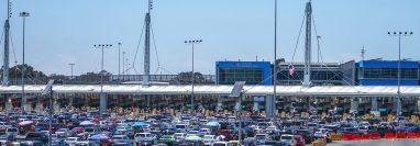 Cientos de vehículos cruzan a Estados Unidos por la garita de San Ysidro, el 14 de junio del 2021 en la ciudad de Tijuana, Baja California, México. (Foto Prensa Libre: EFE)