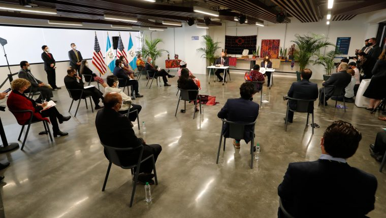 Kamala Harris se reunió este  lunes con representantes del sector económico  para plantear acuerdos de generación de empleo y apoyo al país con el fin de reducir la migración. Foto: Esbin García