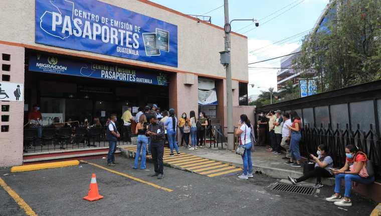 El IGM espera comprar 500 mil cartillas de pasaportes  a través de un contrato que genera dudas de transparencia. (Foto Prensa Libre: Hemeroteca PL)