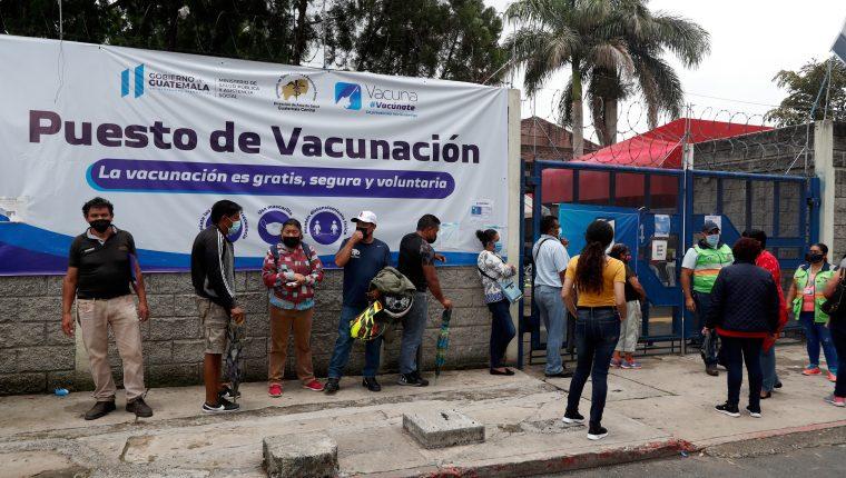 En el puesto de vacunación habilitado en el Centro Universitario Metropolitano -CUM-, se observó una larga fila de personas quienes acudieron a inmunizarse contra el coronavirus. (Foto Prensa Libre: Elmer Vargas)