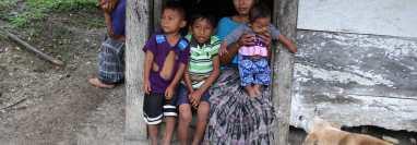 Más del 50% de la población de Alta Verapaz vive en pobreza extrema. Una familia en una área rural de Raxruhá. (Foto Prensa Libre: Hemeroteca PL)