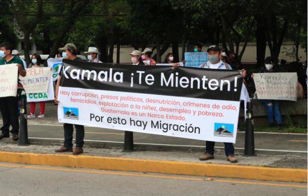 Manifestantes frente a la Embajada de Estados Unidos por visita de Kamala Harris. (Foto Prensa Libre: Elmer Vargas)