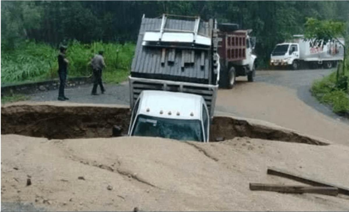 Qué se sabe de la fotografía viral de una camioneta que cayó en un socavón en México