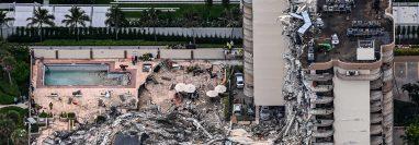 Expertos investigan las causas del derrumbe del Champlain Towers de Miami. (Foto Prensa Libre: AFP)