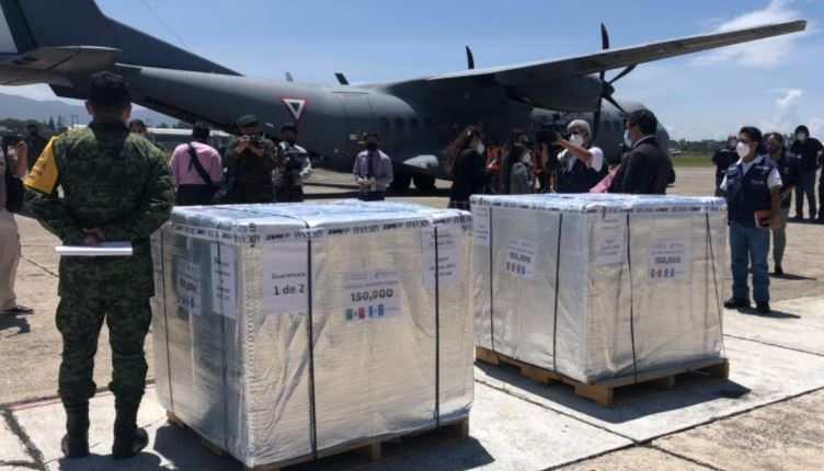 Llega a Guatemala vacuna contra el covid-19 donada por México. (Foto Prensa Libre: Andrea Domínguez)