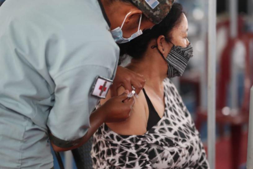 """Publican """"ley de vacunas"""" para eximir a farmacéuticas de reacciones adversas luego de vacunar contra covid-19"""