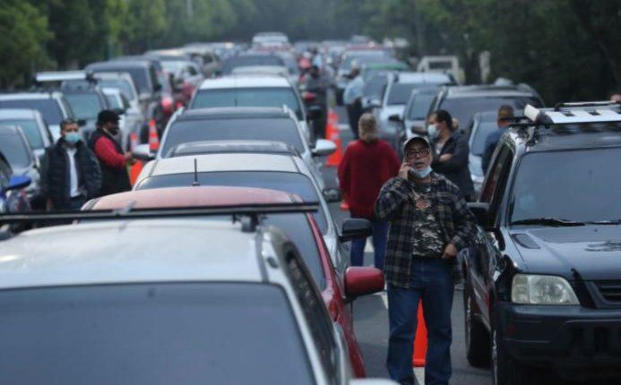 Larga fila de vehículos de personas que esperan ser atendidas en el centro de vacunación en la USAC. (Foto Prensa Libre: Érick Ávila)