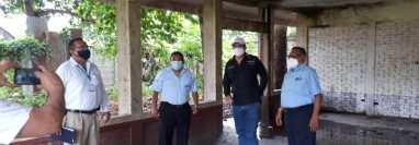 El director del IGM, Stuard Rodríguez, y otros funcionarios inspeccionan el área donde será construido el centro de atención a retornados. en Tecún Umán, San Marcos. (Foto: IGM)
