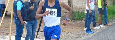 Pedro López, de Guatemala, durante la prueba de los 20 kilómetros caminata durante el CA realizado en Esquipulas. (Foto Federación de Atletismo).