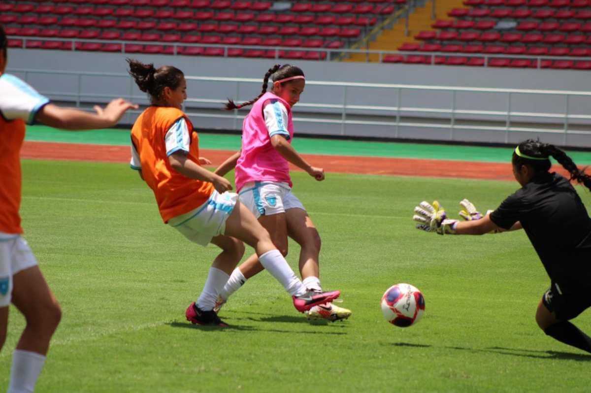 La Selección Femenina de Guatemala reconoce la cancha del Estadio Nacional de Costa Rica