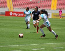 Ana Lucía Martínez conduce el balón en el partido de Guatemala frente Costa Rica. (Foto cortesía Fedefut).