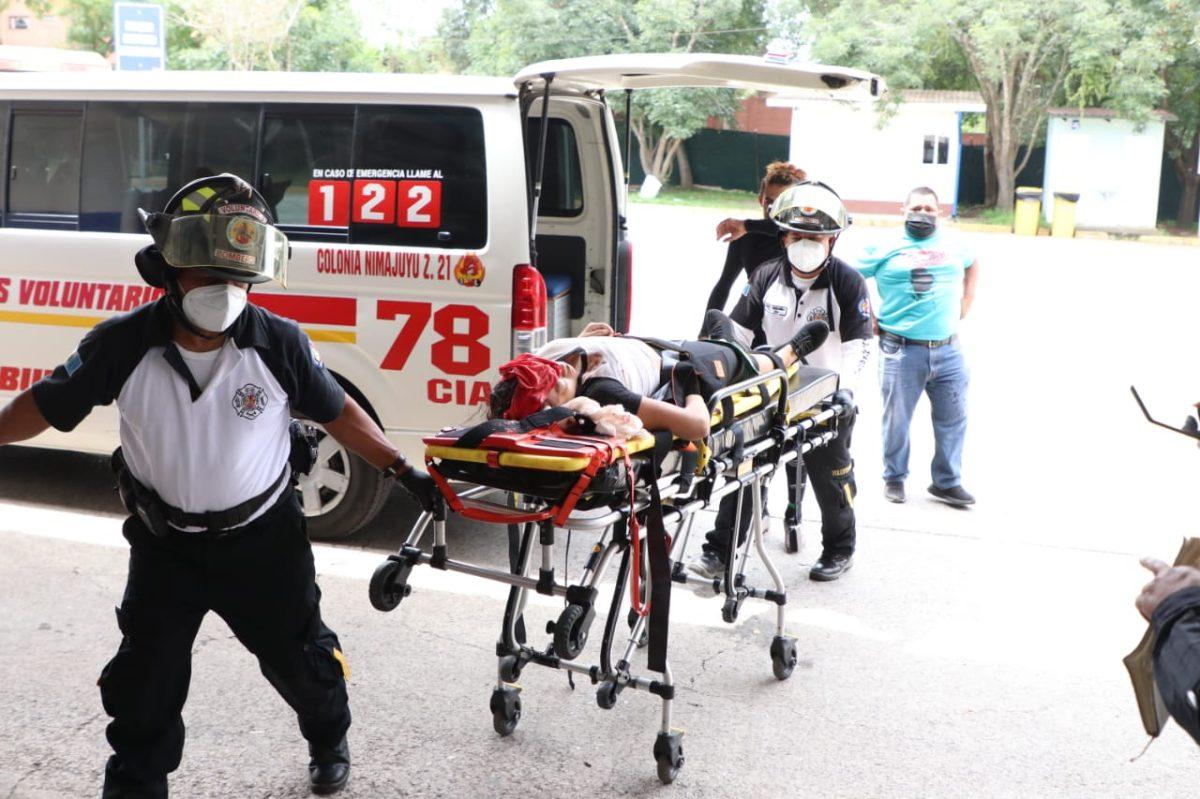 Sujetos bajan de un auto y disparan contra personas que estaban en un campo de futbol en Villa Canales
