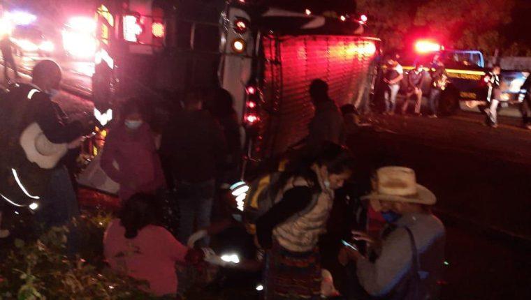 El piloto del autobús perdió el control y volcó en el km 58.5 de la ruta Interamericana, Chimaltenango. (Foto Prensa Libre: @SacStarNews)