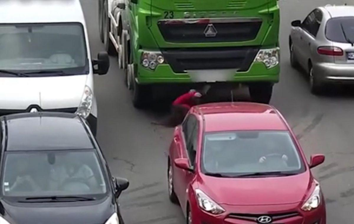 VIDEO: El dramático momento en el que una mujer que habla por teléfono es atropellada por un camión (y sobrevive)