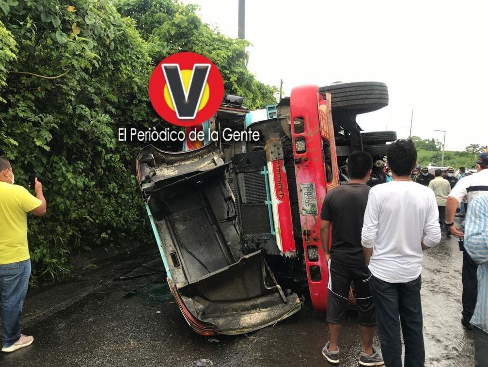 Iba hablando por teléfono: Piloto de bus pierde el control y ocasiona accidente en Santa Lucía Cotzumalguapa