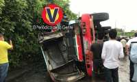 Bus que volcó en Santa Lucía Cotzumalguapa, Escuintla. (Foto Prensa Libre: VISOR GT Suroriente)