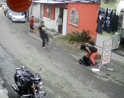 Video: captan el brutal ataque de un perro que se salió de vivienda contra un niño en Mixco