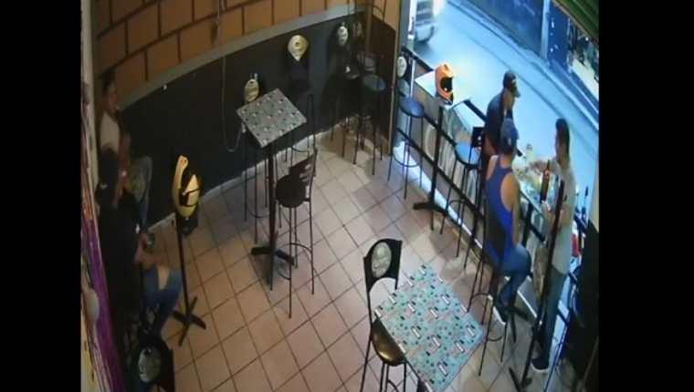 Filtran video de ataque armado en un restaurante que deja un muerto y dos heridos. (Foto Prensa Libre: YouTube)