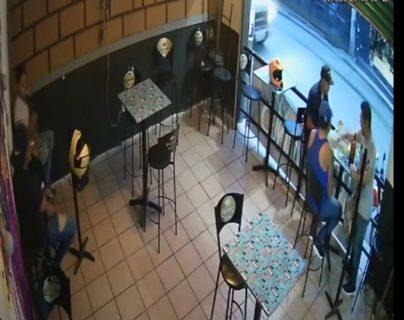 Video: Sicarios entran con pistola en mano y matan a clientes que comían en un restaurante