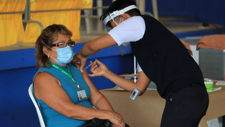 El proceso de vacunación avanza lento en Guatemala, incluso, organismos internacionales califican al país como uno de los peores de la américas en términos de inmunización. (Byron García)