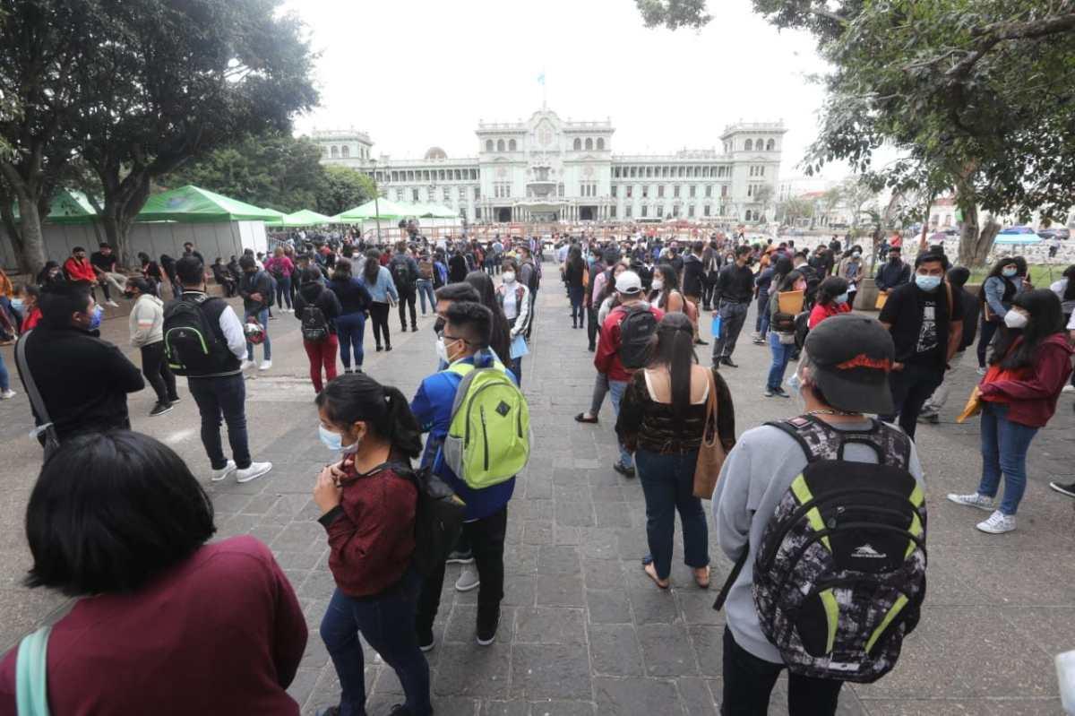 Miles de personas buscan empleo en diferentes oportunidades. (Foto, Prensa Libre: Hemeroteca PL).