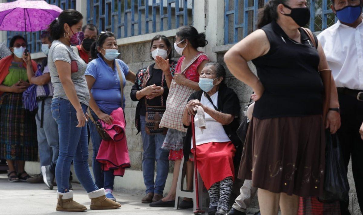 El calvario en busca de la vacuna se hace interminable para muchos guatemaltecos que exigen orden en el proceso