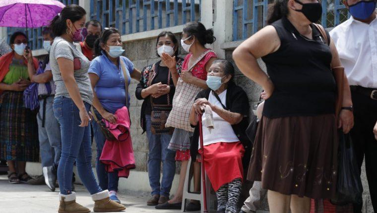 Pobladores hacen largas filas para vacunarse en el CUM. (Foto Prensa Libre: Esbin García)
