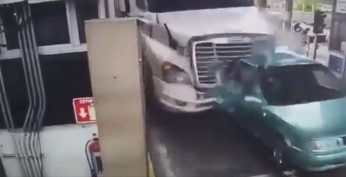 Revelan más videos del brutal accidente de un tráiler que embistió a siete vehículos y dejó varios muertos
