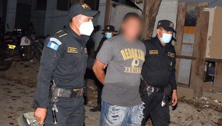 Agentes de la PNC capturan a Diego Alexis Alvarado Girón, de 25 años, por el delito de asesinato, pues se le señala de la muerte de una joven de 18 años, ocurrida en Zacapa en 2020. (Foto Prensa Libre: PNC)