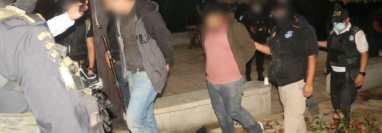 Cuatro personas capturadas por agentes CAT de la PNC, luego de allanamiento en Camotán, donde se registró un enfrentamiento armado. (Foto Prensa Libre: PNC)