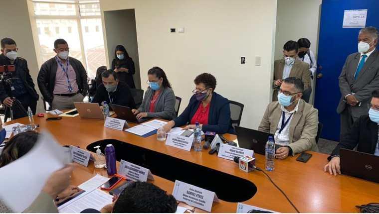 La ministra de Salud, Amelia Flores, -de traje azul- durante la citación en la bancada Semilla. (Foto Prensa Libre: Elmer Vagas)
