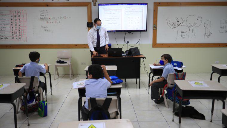 Hasta ahora un total de 103 colegios tienen la autorización del Mineduc para trabajar con el modelo híbrido. (Foto Prensa Libre: Carlos Hernández)