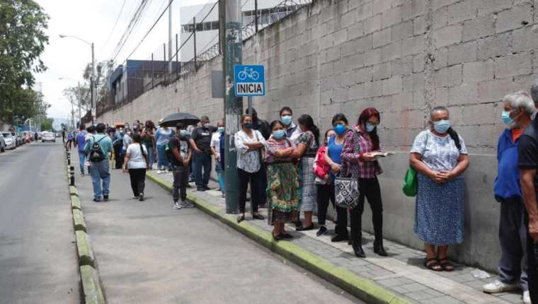 Casi dos kilómetros de colas se formaron afuera del CUM para lograr una vacuna contra el covid-19. (Foto Prensa Libre: Elmer Vargas)