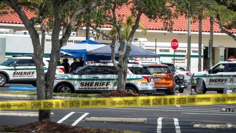Oficiales de policía de Palm Beach atienden la escena de un tiroteo en un supermercado Publix de Royal Palm Beach, Florida, el 10 de junio de 2021. (Foto Prensa Libre: EFE)