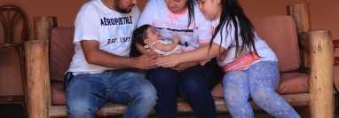 Los padres de Marcela Paredes no pierden la esperanza de recaudar los fondos necesarios para viajar a Estados Unidos y que sea intervenida en un hospital especializado de Miami. (Foto Prensa Libre: Élmer Vargas)