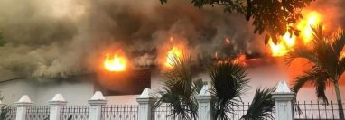 La iglesia católica de Camotán, Chiquimula, prendió en llamas. (Foto Prensa Libre: Cortesía)