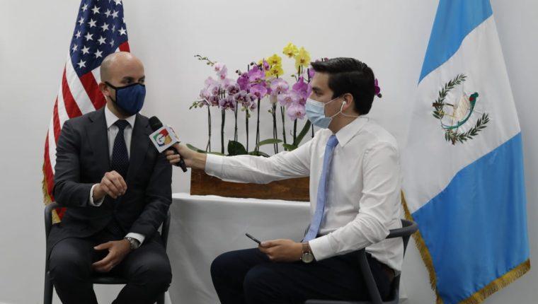 El periodista Carlos Kestler entrevista a Juan González, asistente especial del presidente de EE. UU., Joe Biden, y director principal del Consejo Nacional de Seguridad para el Hemisferio Occidental. (Foto Prensa Libre: Esbin García)